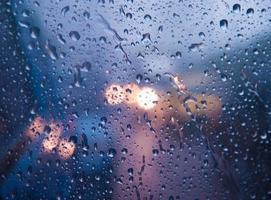 gotas de água no vidro com bokeh foto