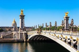 ponte pont alexandre iii com cúpula des invalides, paris