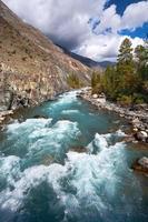 rio turquesa da montanha foto