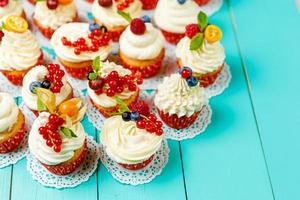 cupcakes com frutas de verão foto