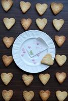 placa com nota eu te amo e biscoitos em forma de coração foto