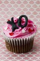 cupcake de morango com forma de coração e alphab foto