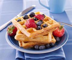 waffles de mirtilo com morangos foto