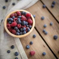 boas frutas frescas em fundo de madeira foto