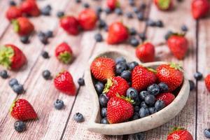 frutas espalhadas foto