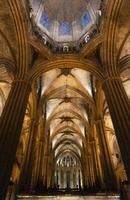 colunas e nave principal da catedral gótica de barcelona