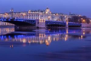 ponte do palácio e eremitério à noite, st. petersburg foto