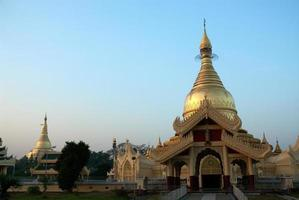 pagode dourado no templo de myanmar, yangon. foto