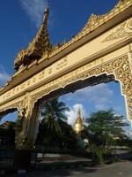 arco do templo dourado e céu azul na Birmânia foto