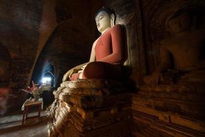 estátua de Buda em bagan mandalay myanmar foto