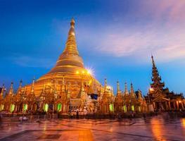 pagode shwedagon à noite foto