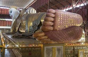 Buda reclinado colossal no pagode chaukhtatgyi, yangon, myanmar foto