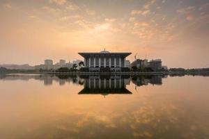 nascer do sol na mesquita de ferro, putrajaya malásia foto
