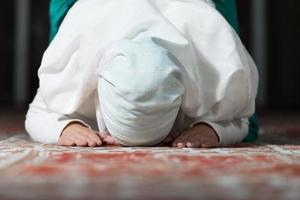 oração na mesquita foto