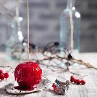 maçãs caramelizadas pretas e vermelhas de halloween foto