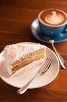 bolo de beija-flor com café com leite foto