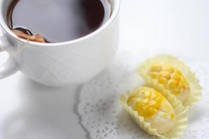 deliciosos biscoitos com uma xícara de café foto