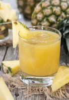 suco de abacaxi feito fresco foto