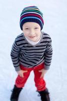 garoto patinação no gelo foto