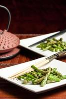 salada de aspargos gergelim com bule de chá japonês foto
