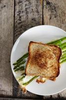 aspargos com ovo e pão um foto