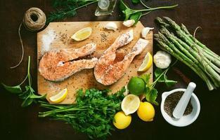 salmão e especiarias na mesa de madeira. vista do topo foto