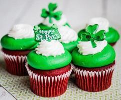 cupcakes de veludo do dia de são patrício foto
