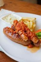 prato de salsicha com batata frita e vegetais
