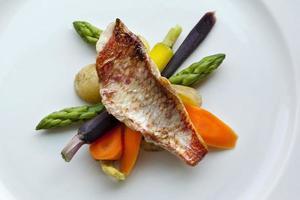 peixe e legumes foto