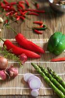 aspargos em uma esteira com pimenta vermelha. foto