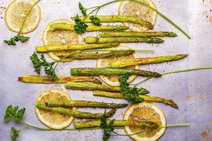 espargos grelhados com limão e salsa foto