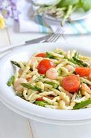 macarrão com aspargos e camarão. comida italiana.
