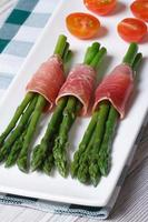 espargos verdes com vista superior vertical de presunto e tomate foto