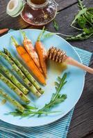 prato saudável primavera colorida com cenouras grelhadas e aspargos foto