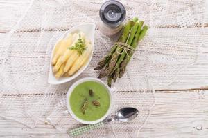 sopa de espargos verdes foto