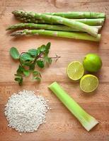 aspargos, hortelã, limão, arroz branco e aipo foto