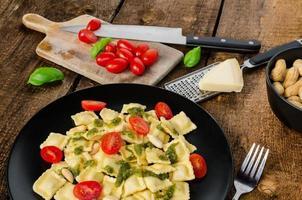 ravioli caseiro com pesto de manjericão foto