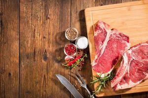bifes frescos de carne crua foto