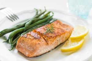 salmão grelhado com feijão verde foto