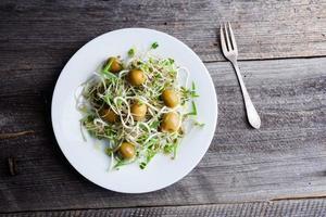 salada saudável de brotos e azeitonas foto