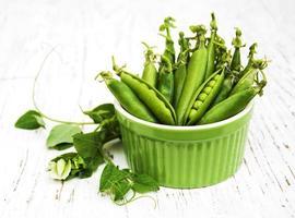tigela com ervilhas frescas foto
