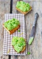 bruschetta com ervilha verde foto
