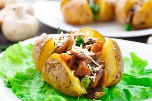 batata assada com bacon e cogumelos foto