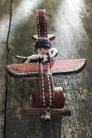 avião de madeira vintage na placa de madeira foto