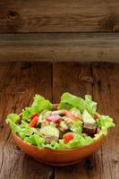 salada de legumes com feijão branco, torradas de centeio, tomate, pepino foto