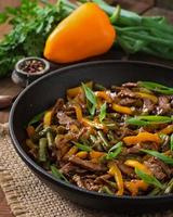 frite a carne com pimentão e feijão verde foto