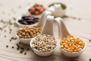 diferentes tipos de sementes de feijão, lentilha, ervilhas foto
