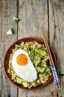 mexa milho frito com brócolis, feijão verde e ovo frito