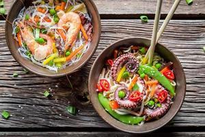 frutos do mar e legumes frescos com macarrão