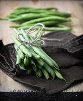 close-up de feijão verde na mesa de madeira rústica. foto